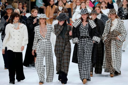 A Moment of Silence, a Standing Ovation and Plenty of Tears for Karl Lagerfeld's Final Chanel Collection
