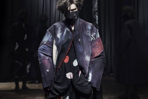 Yohji Yamamoto FW21 Explores the Boundaries of Monochrome Suiting