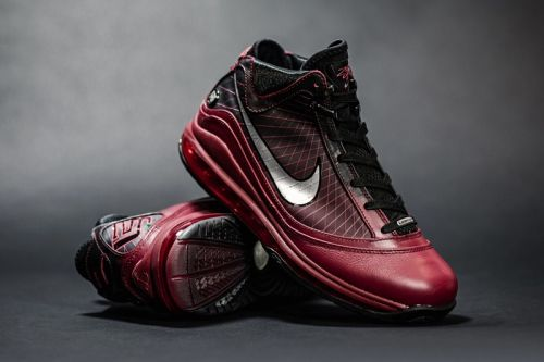 "Nike Gets In the Holiday Spirit With LeBron VII ""Christmas"" Retro"