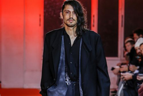 Yohji Yamamoto Displays an Art-Inclined Fall/Winter 2018 Collection