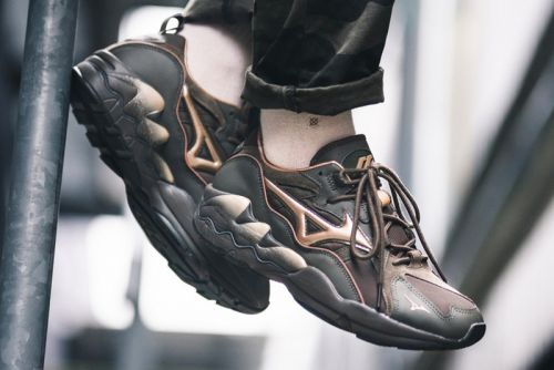 """Mizuno Gives the Wave Rider 1 Tech an Earthy """"Forest Night"""" Makeover"""